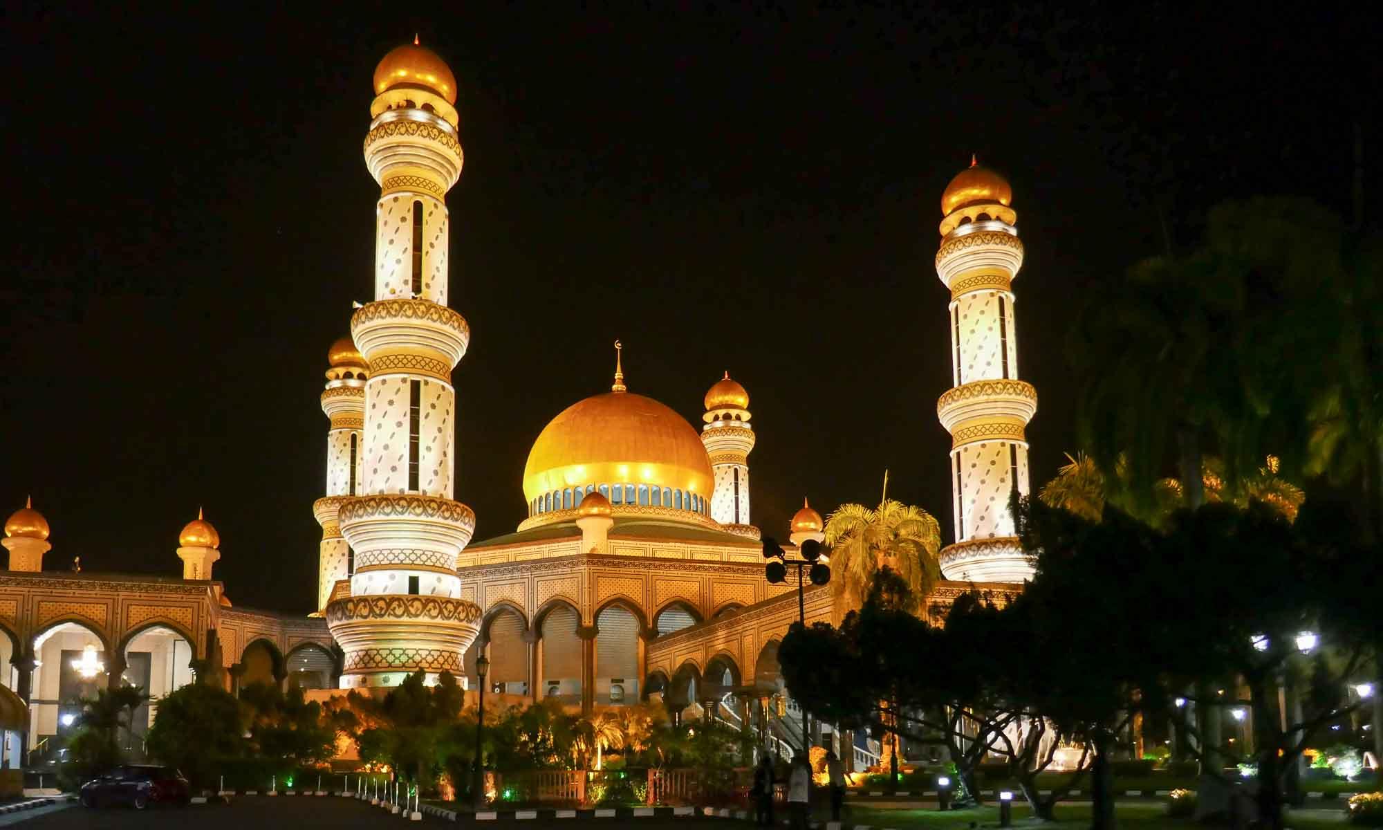 Jame Asr' Hassanil Bolkia Mosque at night