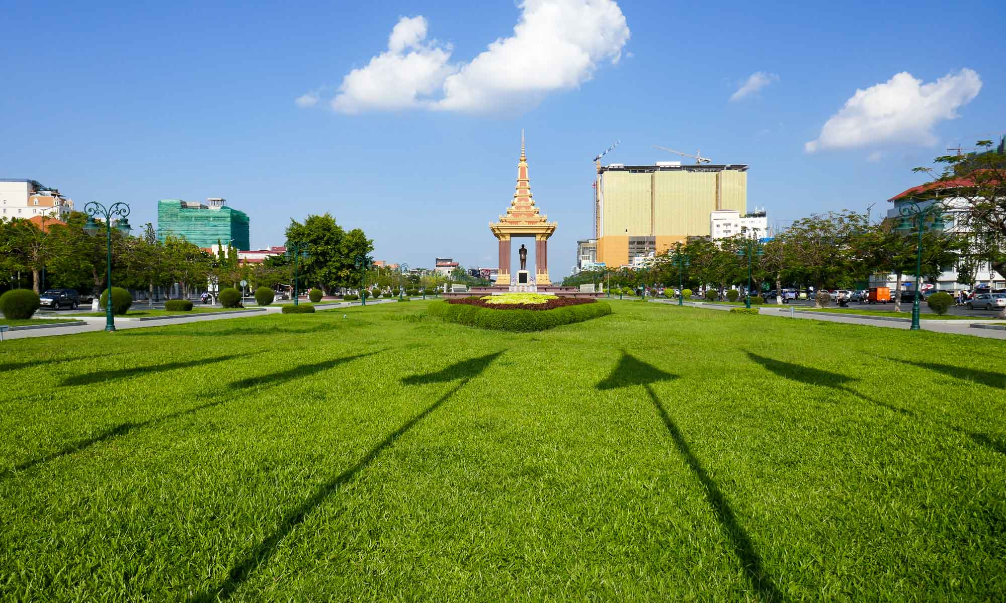 Suramarit Boulevard and the statue of Norodom Sihanouk
