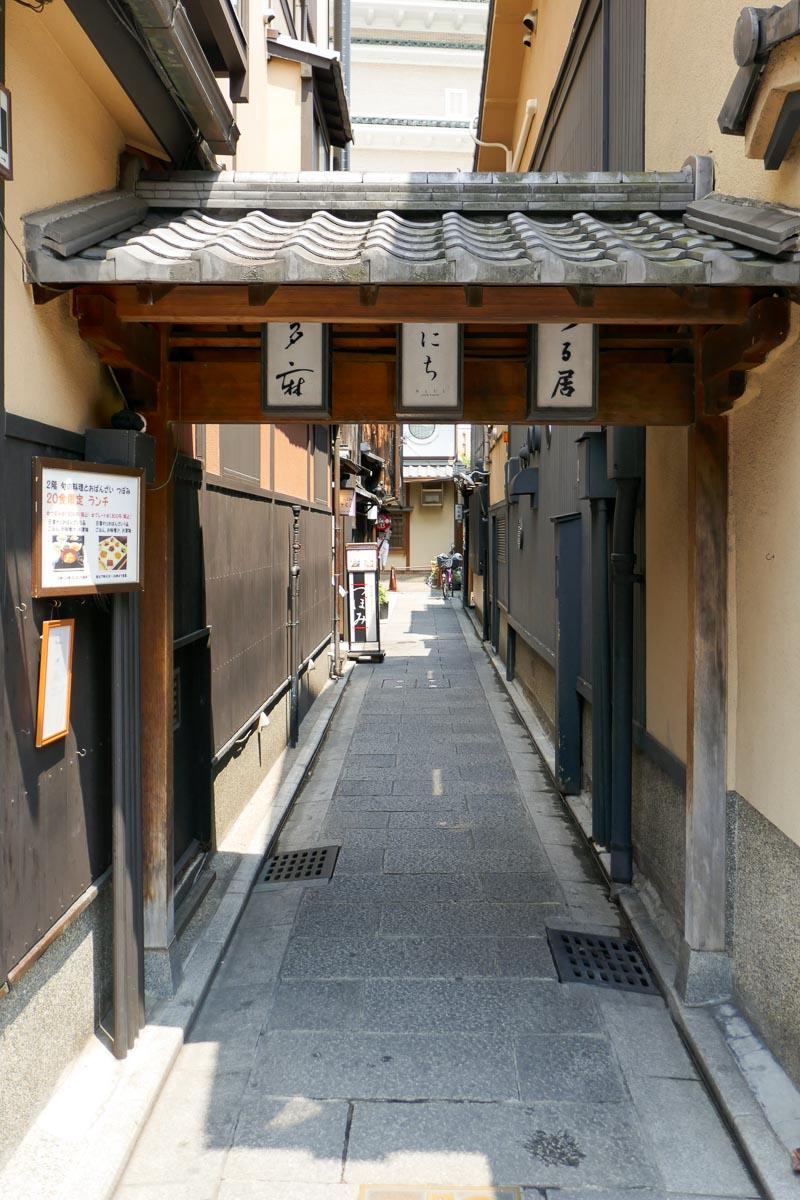 Alley with restaurants at Hanamikoji Dori